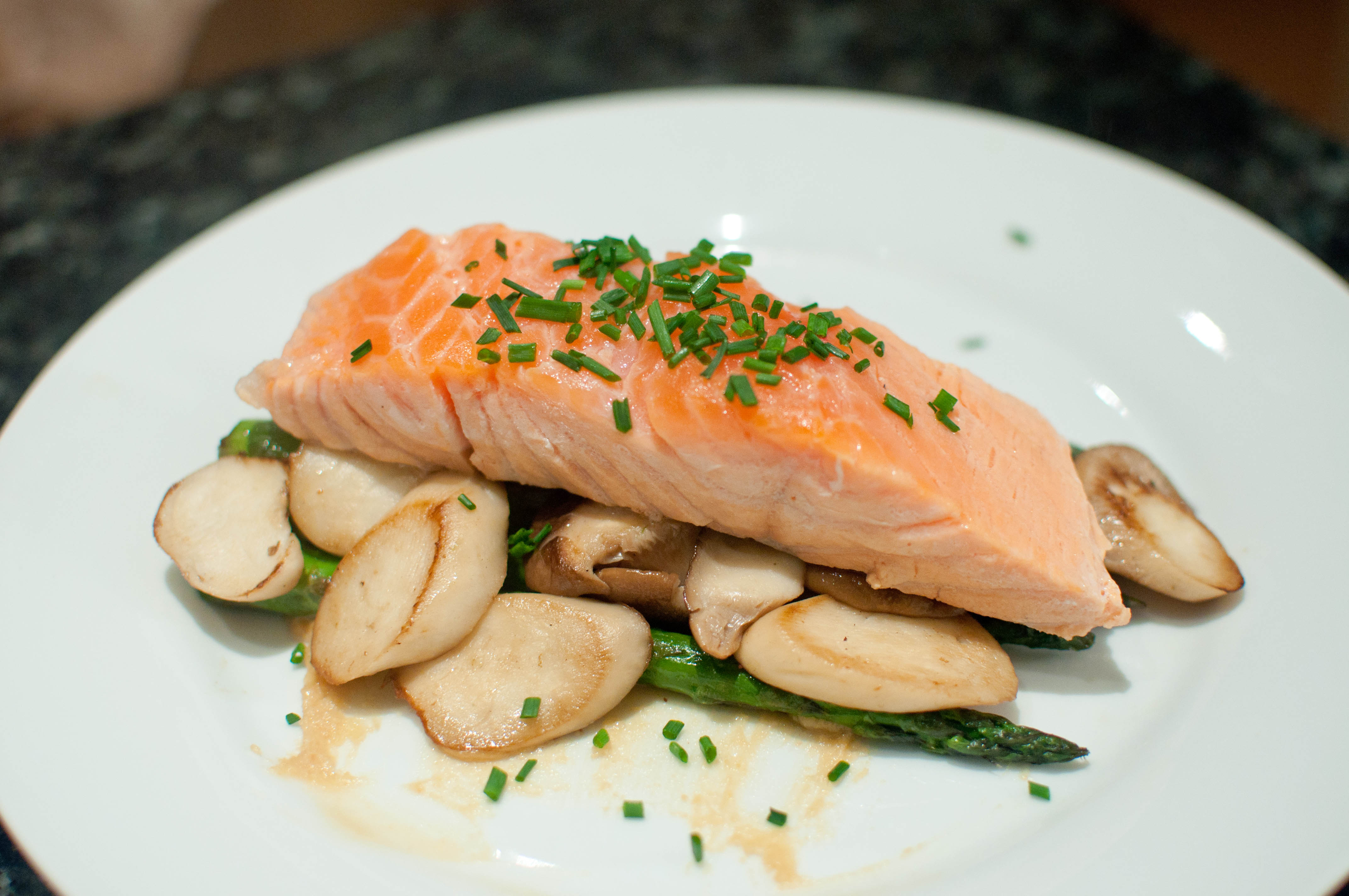 Share this & Dinner for One: Salmon Unilateral with Asparagus and Mushrooms ...